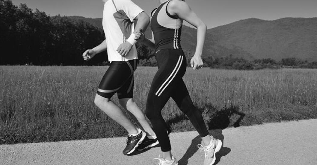 Ungt par som joggar utomhus på morgonen