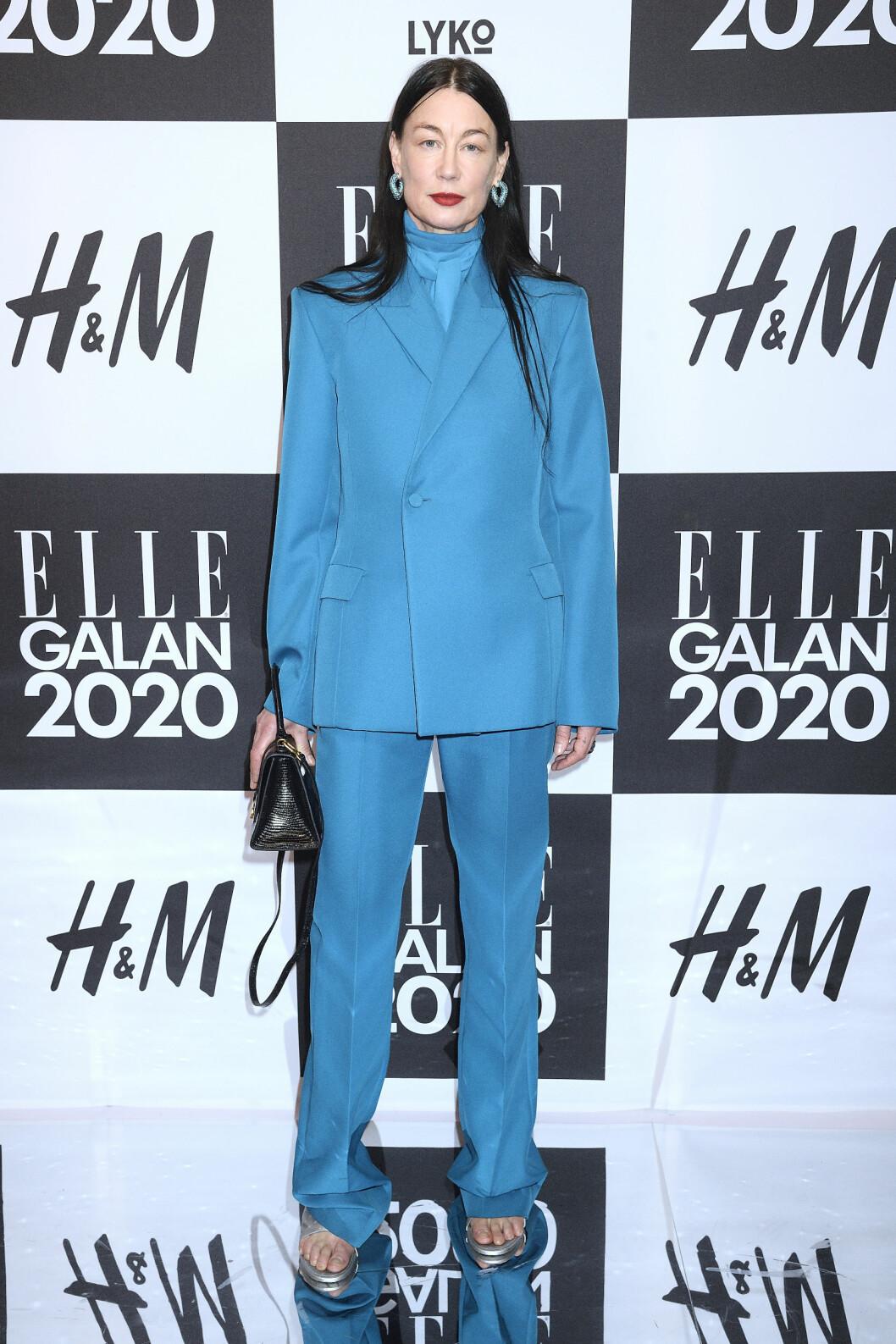 Modellen Ursula Wångander med blå kostym