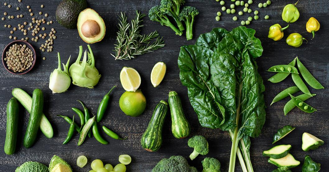 Gröna grönsaker på ett bord