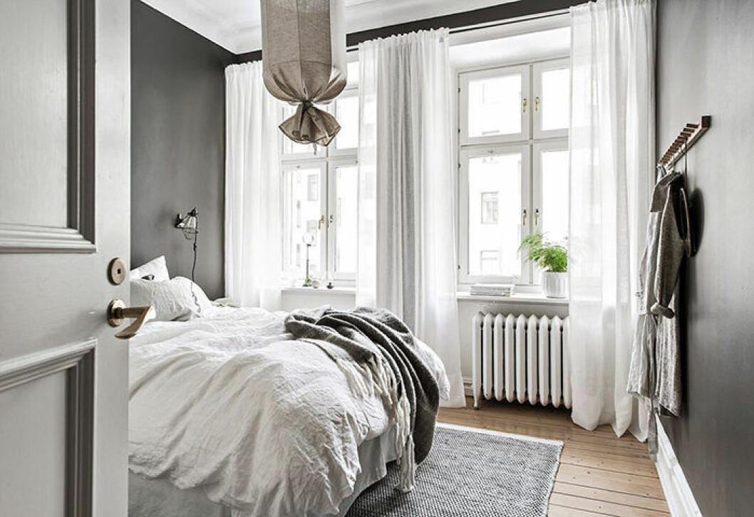 Gardiner i ett rum med dubbla fönster – så hänger du upp gardinerna