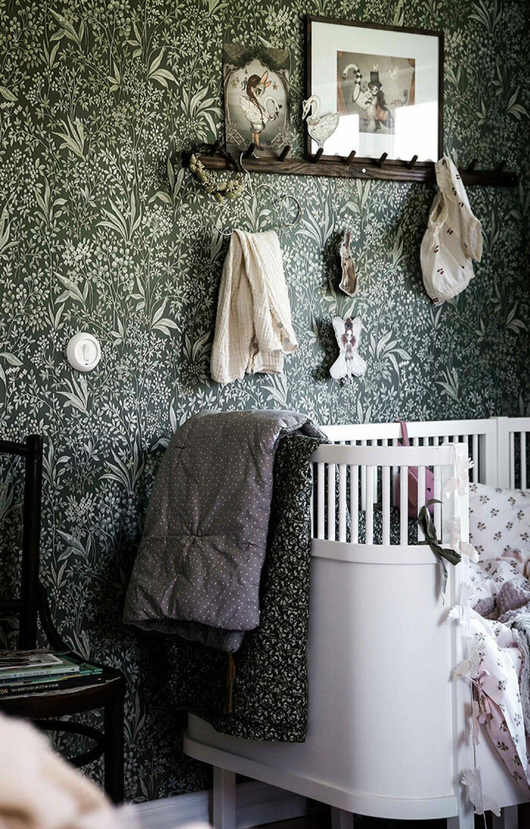 Välj rätt tapet till barnrummet - här i fint småblommigt