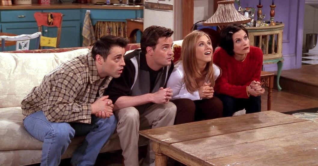 skådespelarna från vänner sitter i en soffa