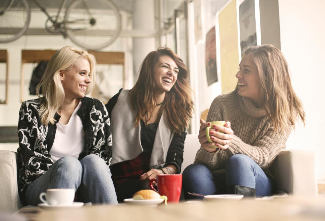Tre vänner fikar