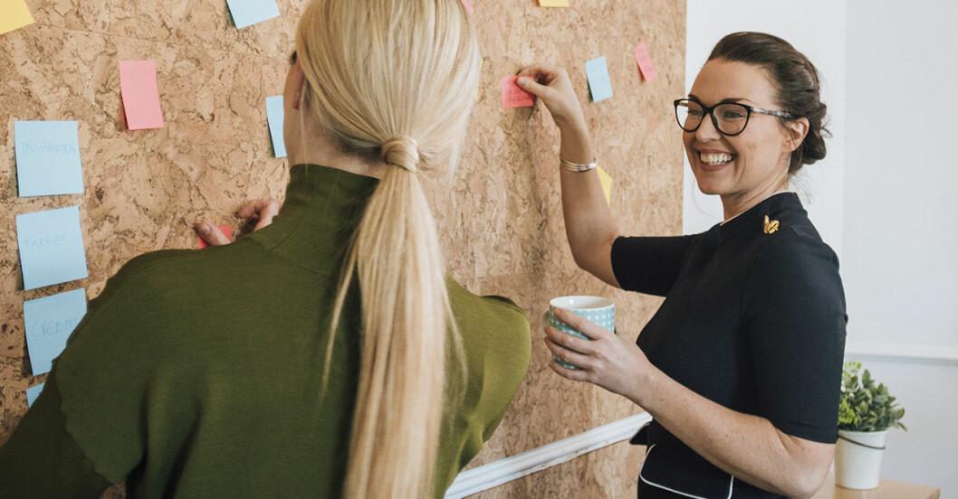 Två kvinnor pratar på jobbet