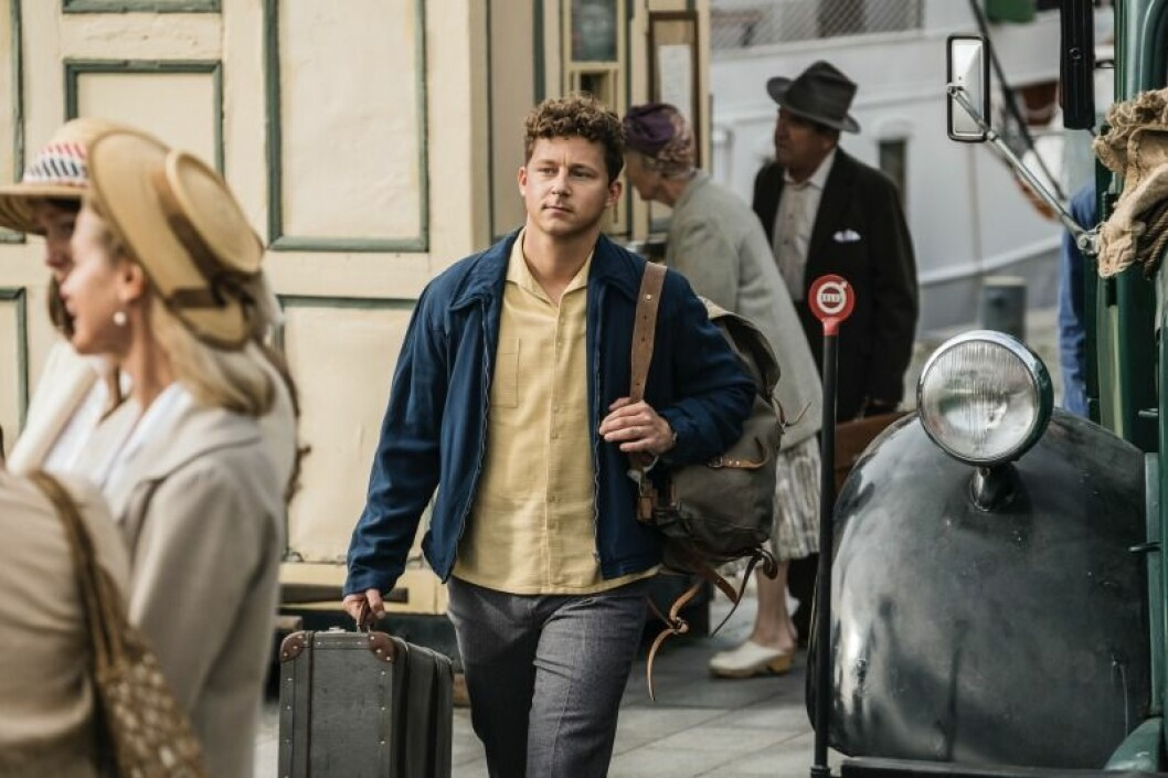 kille går med resväskor