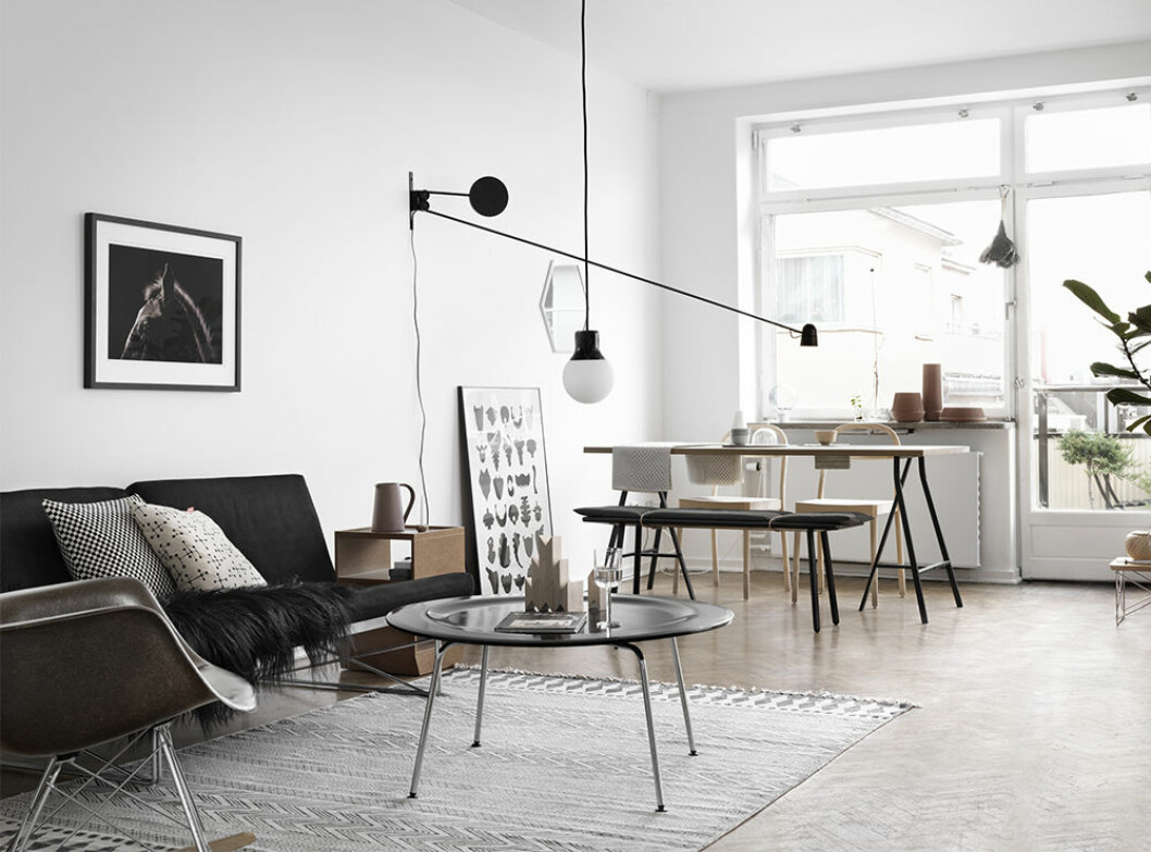 Stilrent vardagsrum med skandinavisk inredning