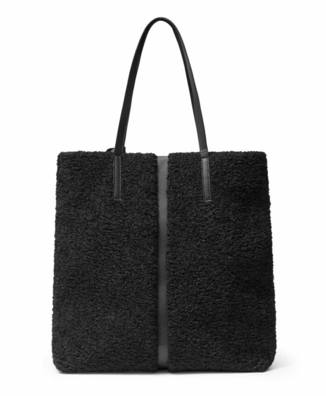 Svart väska med teddypäls till våren 2020