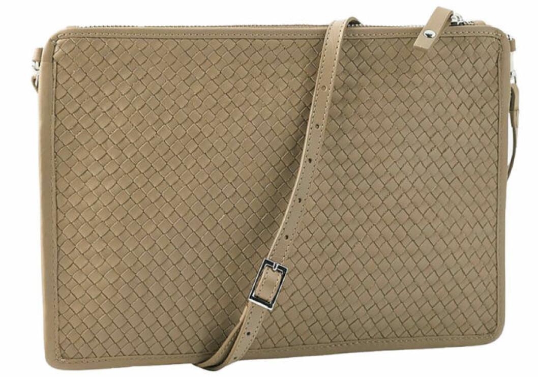Väska i en ljus färg och smalt axelband