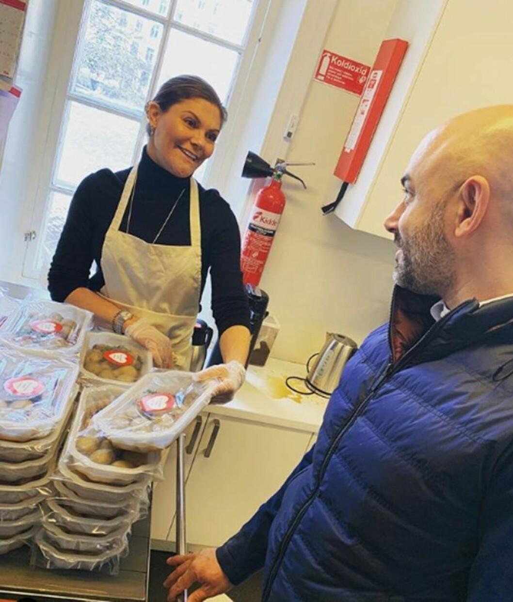 Kronprinsessan Victoria delar ut matpaket hos Stadsmissionen.