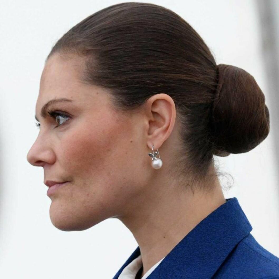 Hårknuten som har blivit kronprinsessan Victorias signum. Inte ett hårstrå ligger fel.