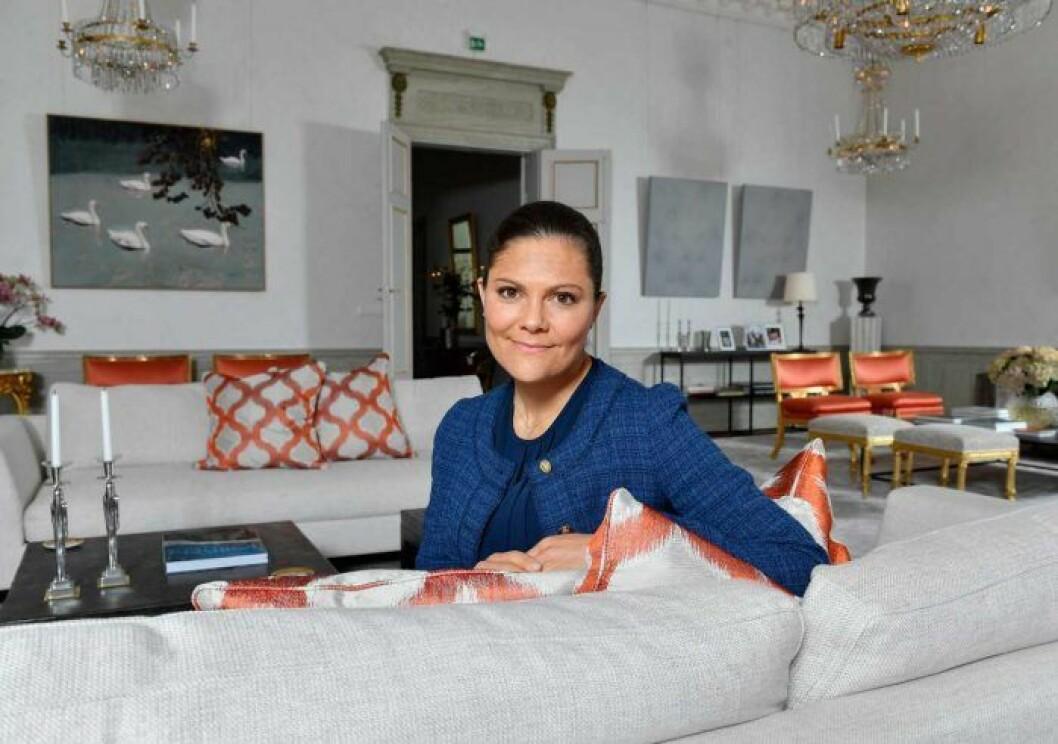 Kronprinsessan i ett av sina vardagsrum på Haga slott.