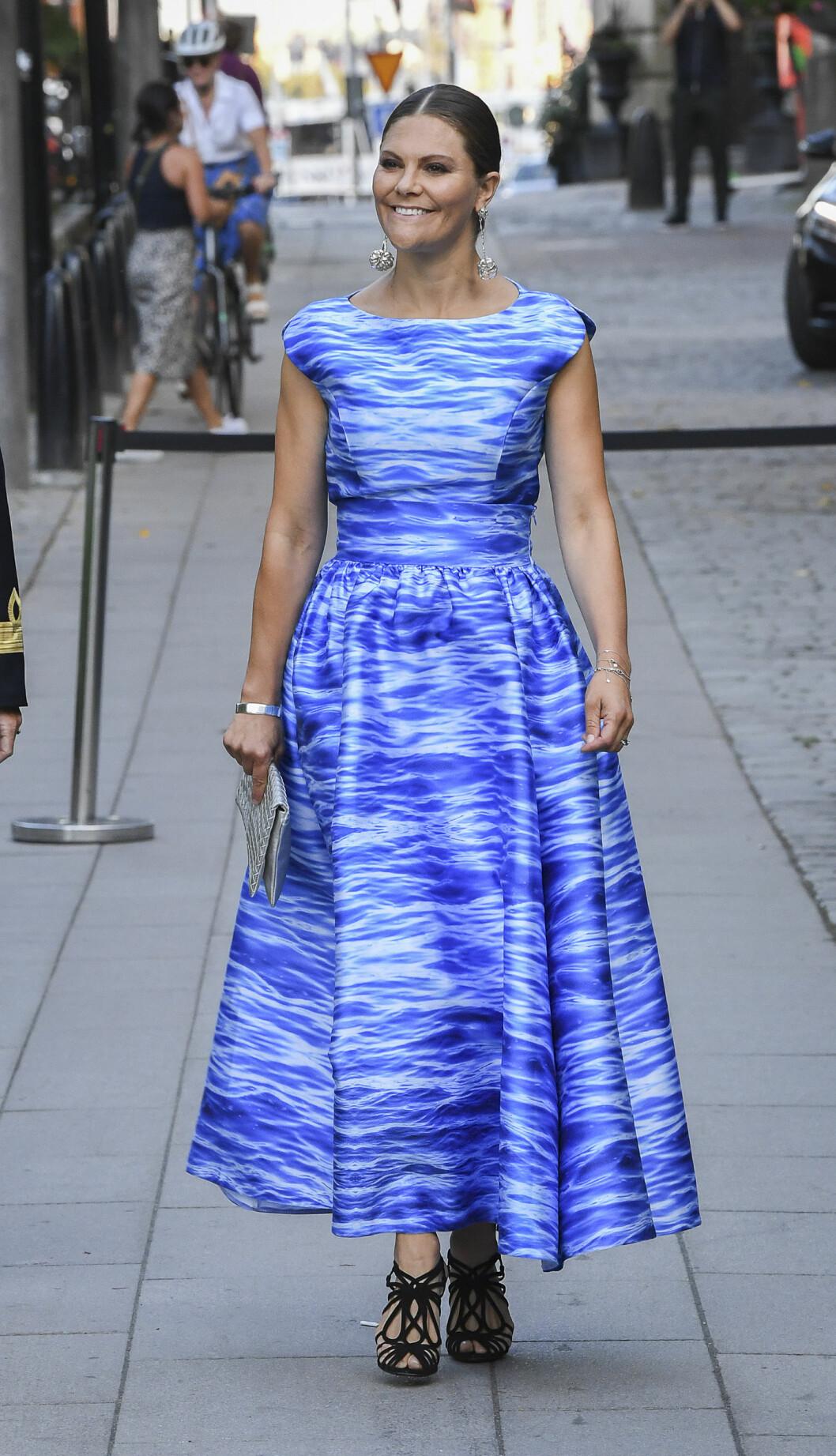 Victoria i klänning från svenska Maxjenny.