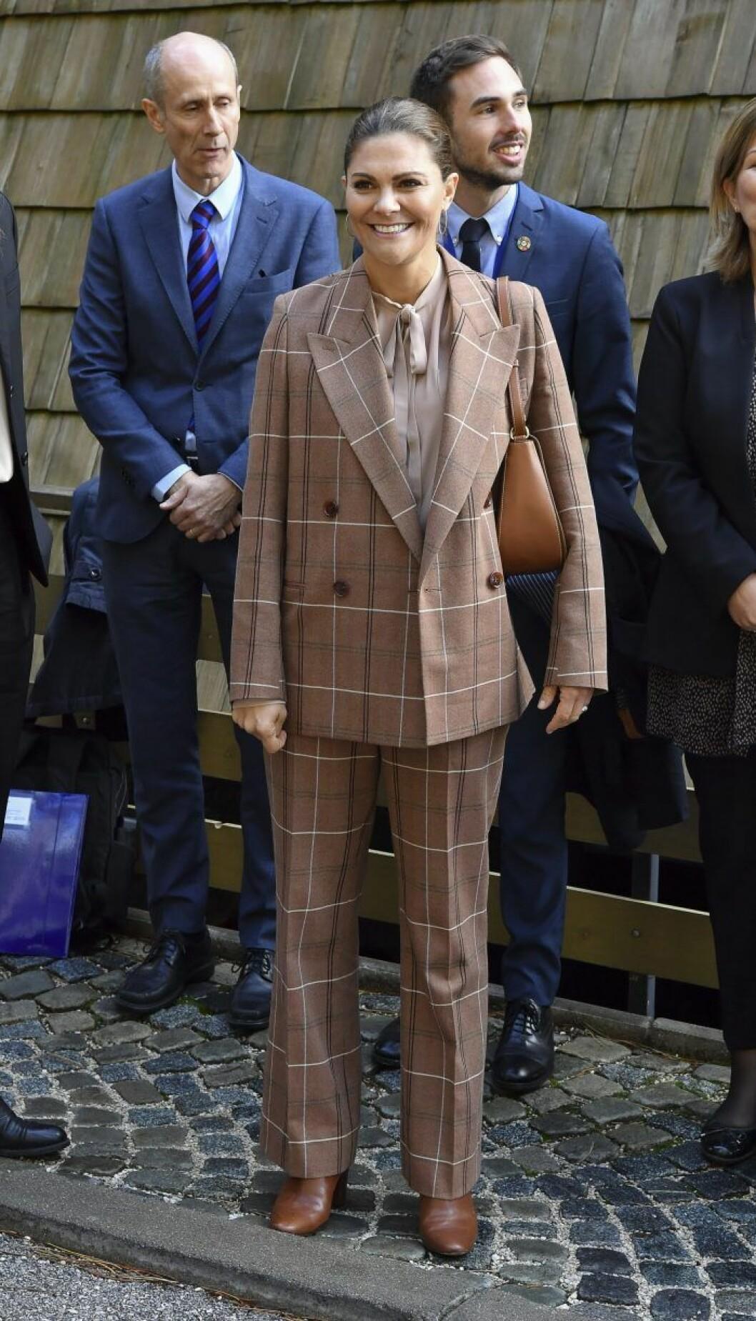 Victoria brun kostym