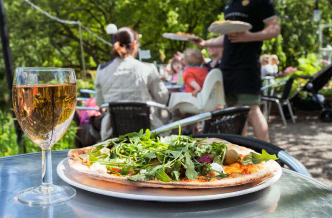Pizza på Villa Belparcs uteservering i Göteborg.