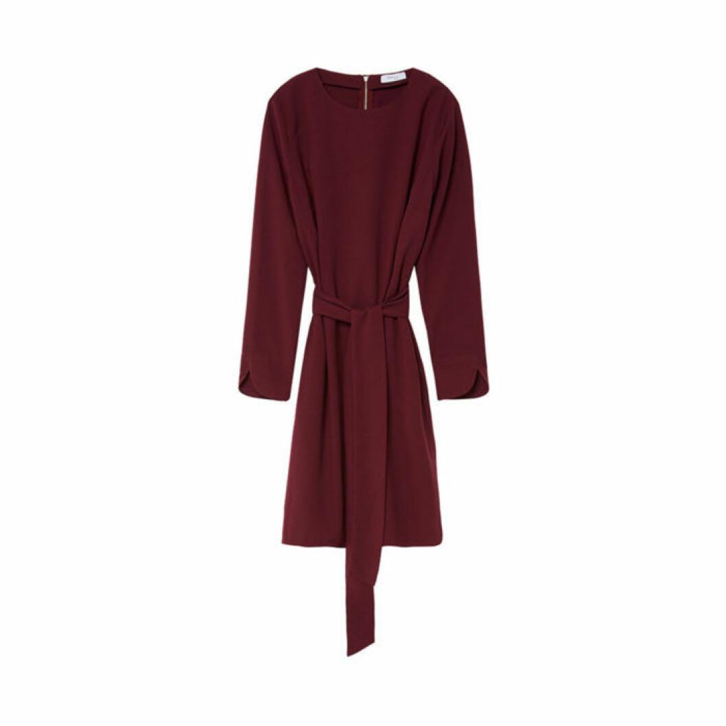 Vinröd klänning med lång ärm och knytband från Marville Road