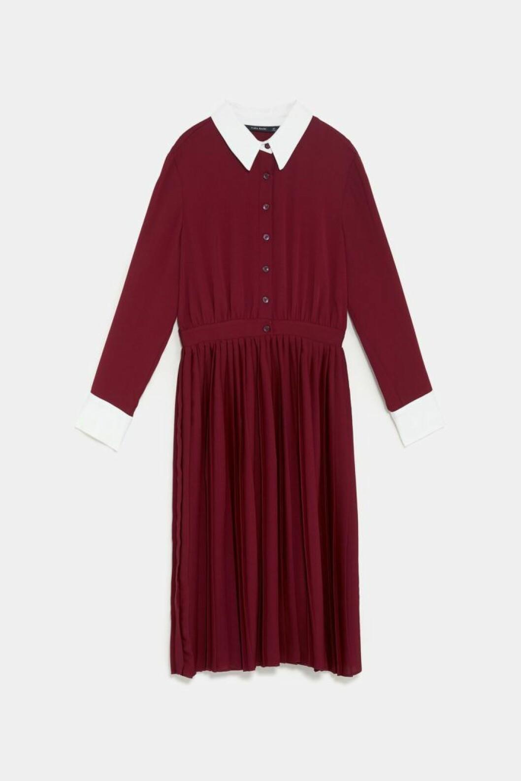 Vinröd klänning med vit krage och vita manschetter