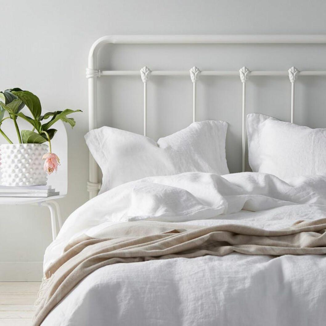 Vit sänggavel i metall