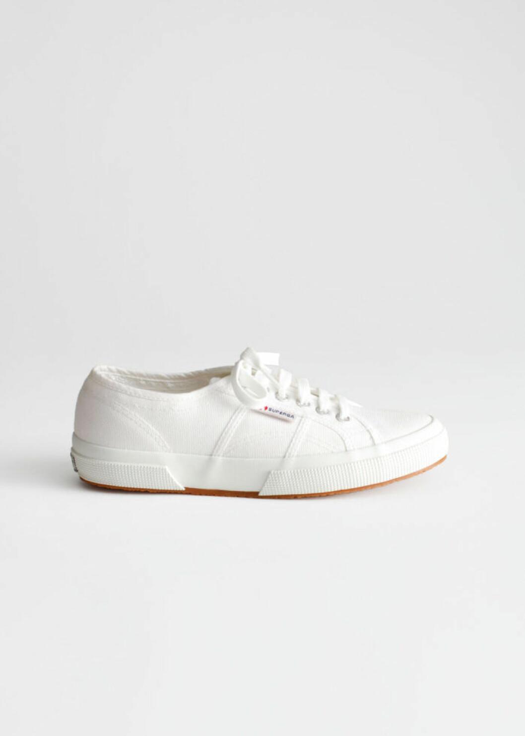 Vita sneakers från superga