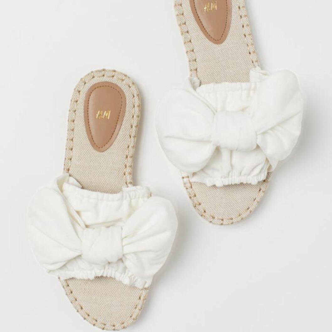 Sandaler med vita rosetter