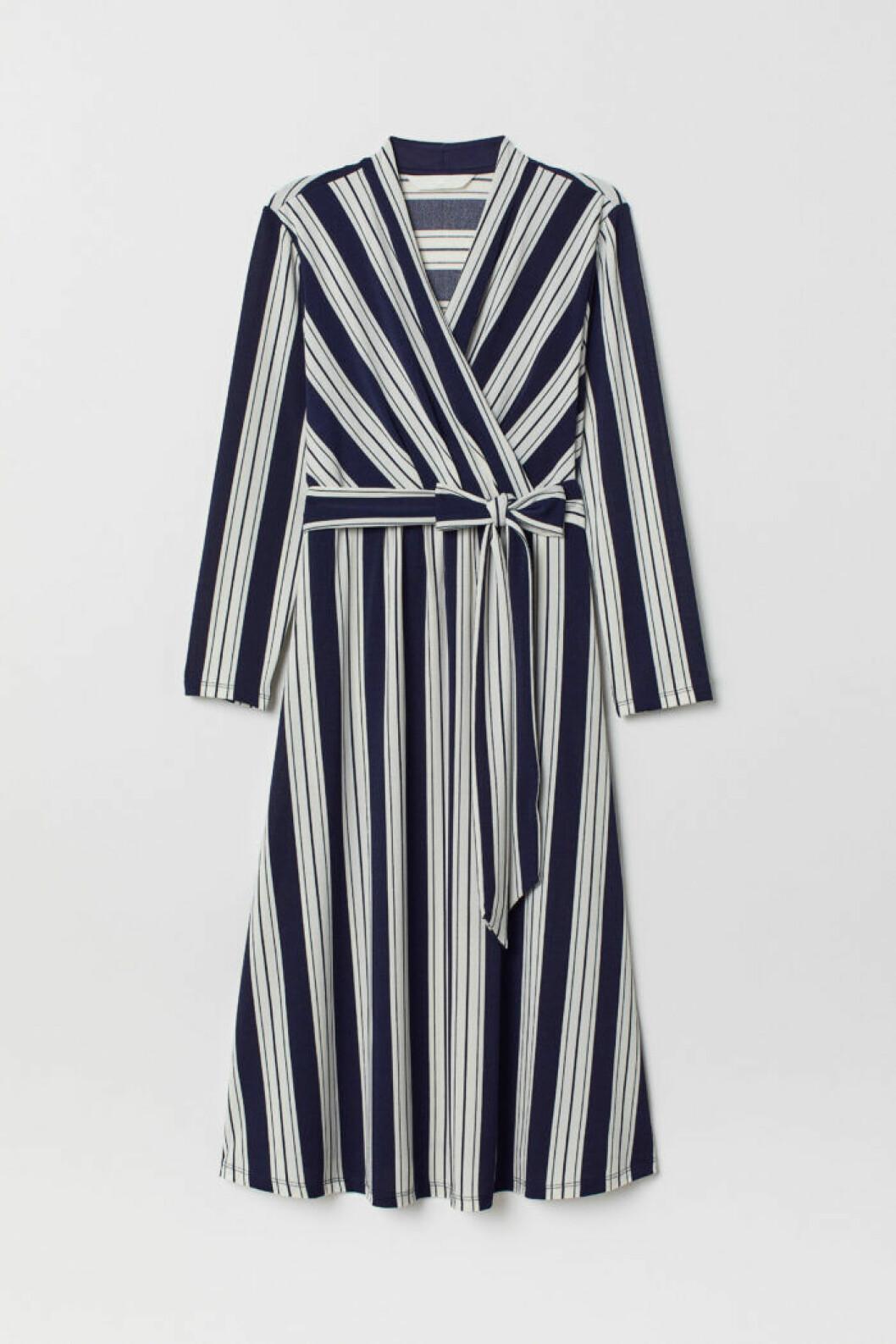 Blåvitrandig klänning i omlott