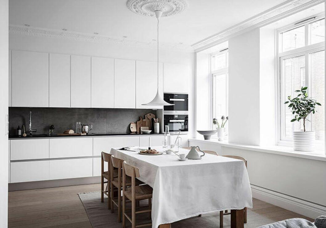 Vitt luftigt kök i modern stil