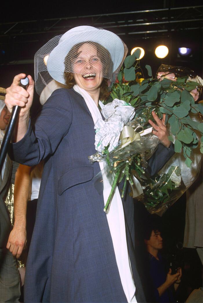 Vivienne Westwood i en stilig blå kappa