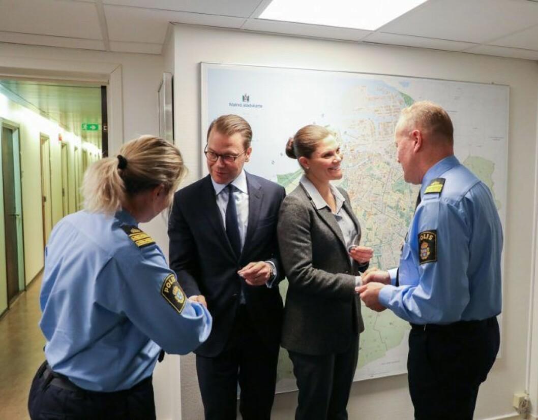 Kronprinsessan Victoria och prins Daniel hos Malmöpolisen - de framför kungafamiljens tack till Sveriges poliser.