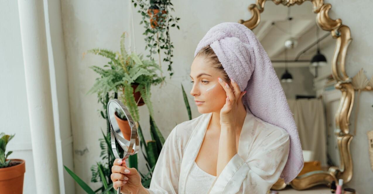 kvinna som testar skönhetsprodukter