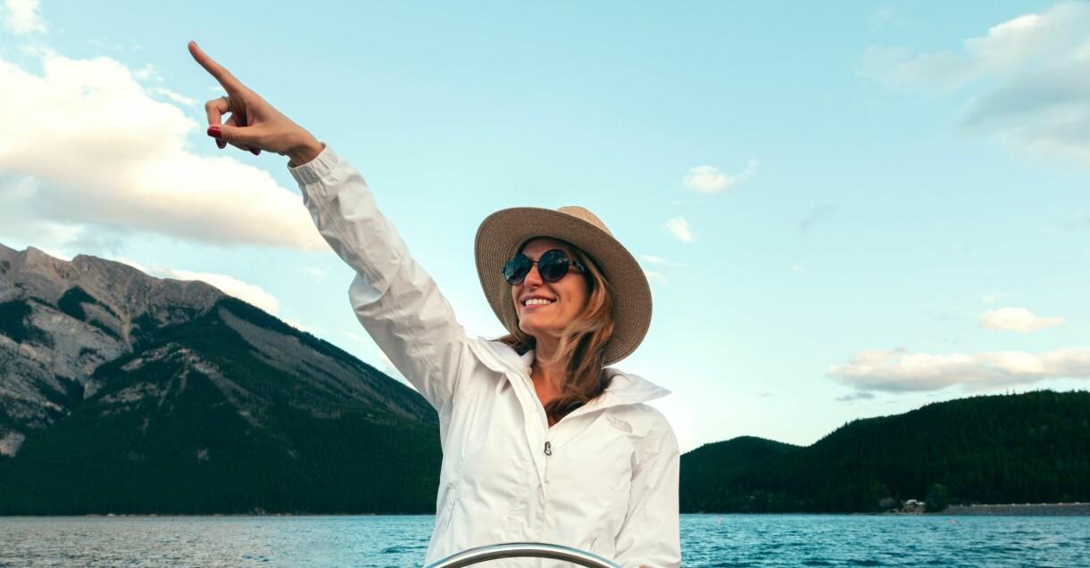 kvinna som kör båt i solen