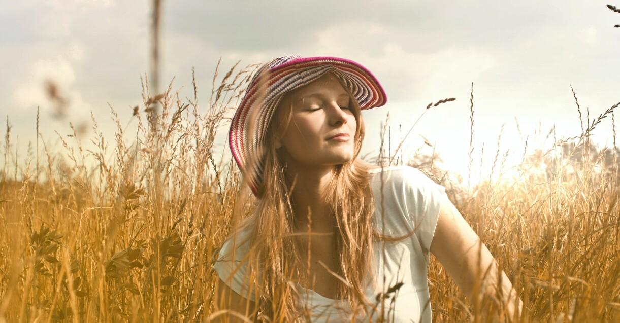 kvinna med solhatt