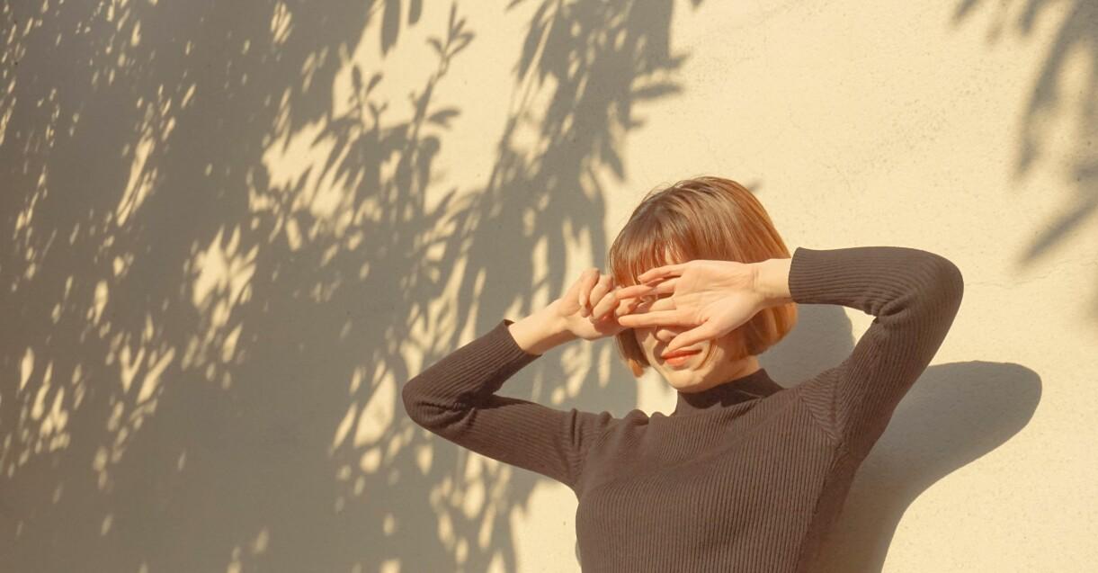 kvinna som skyddar sig mot solen