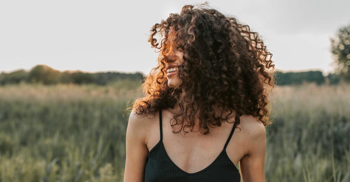 kvinna med stort lockigt hår