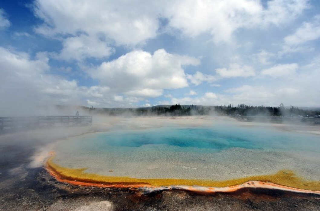 en varm källa med turkost vatten och massa ånga