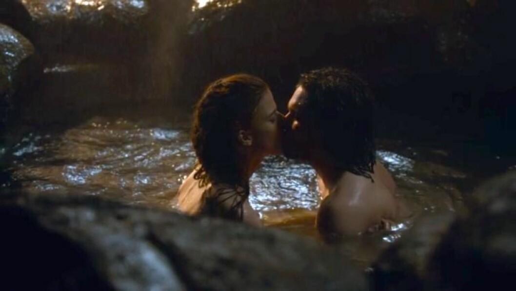En bild på det första kärleksmötet mellan karaktärerna Ygritte och Jon Snow i tv-serien Game of Thrones.