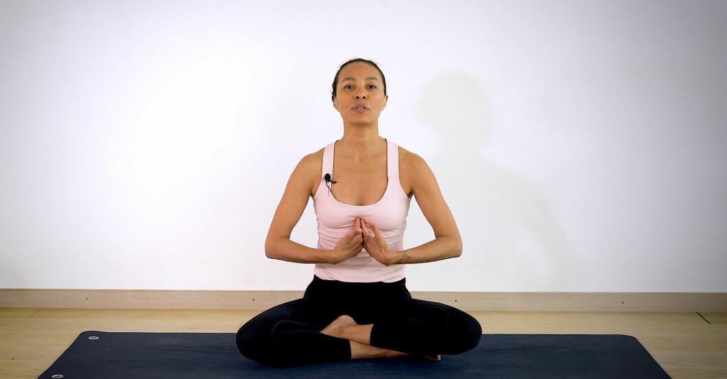 Johanna Ljunggren gör yoga