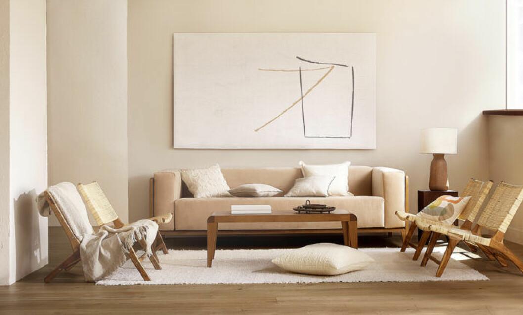Naturnära nyanser och enkelhet präglas stylingen i Zara homes vardagsrum