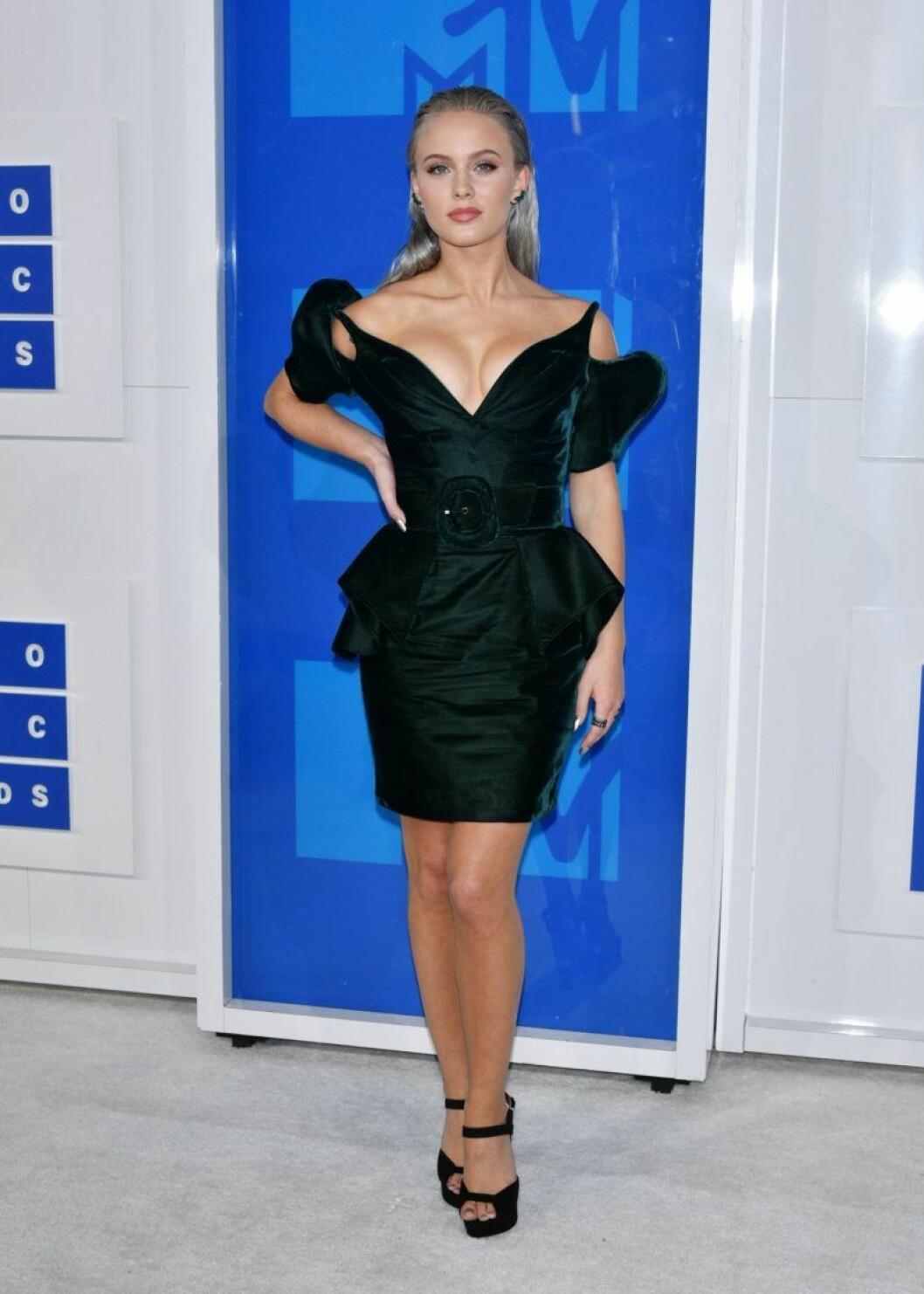 Zara Larsson i svart klänning