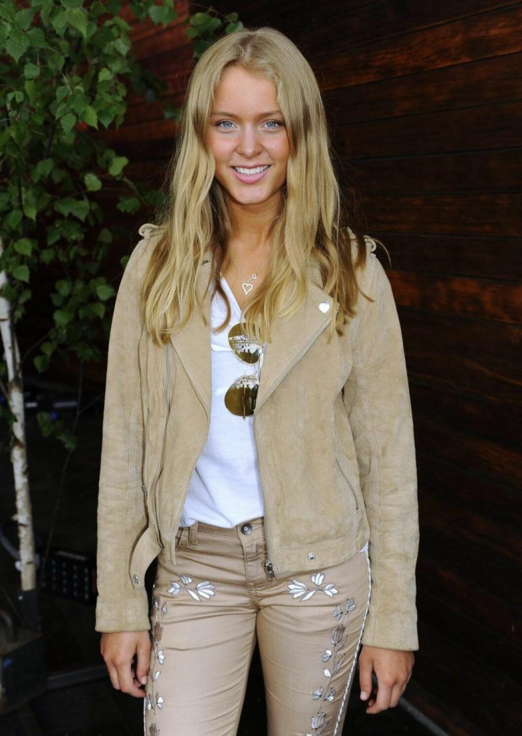 Zara Larsson i beige mockajacka och beige jeans
