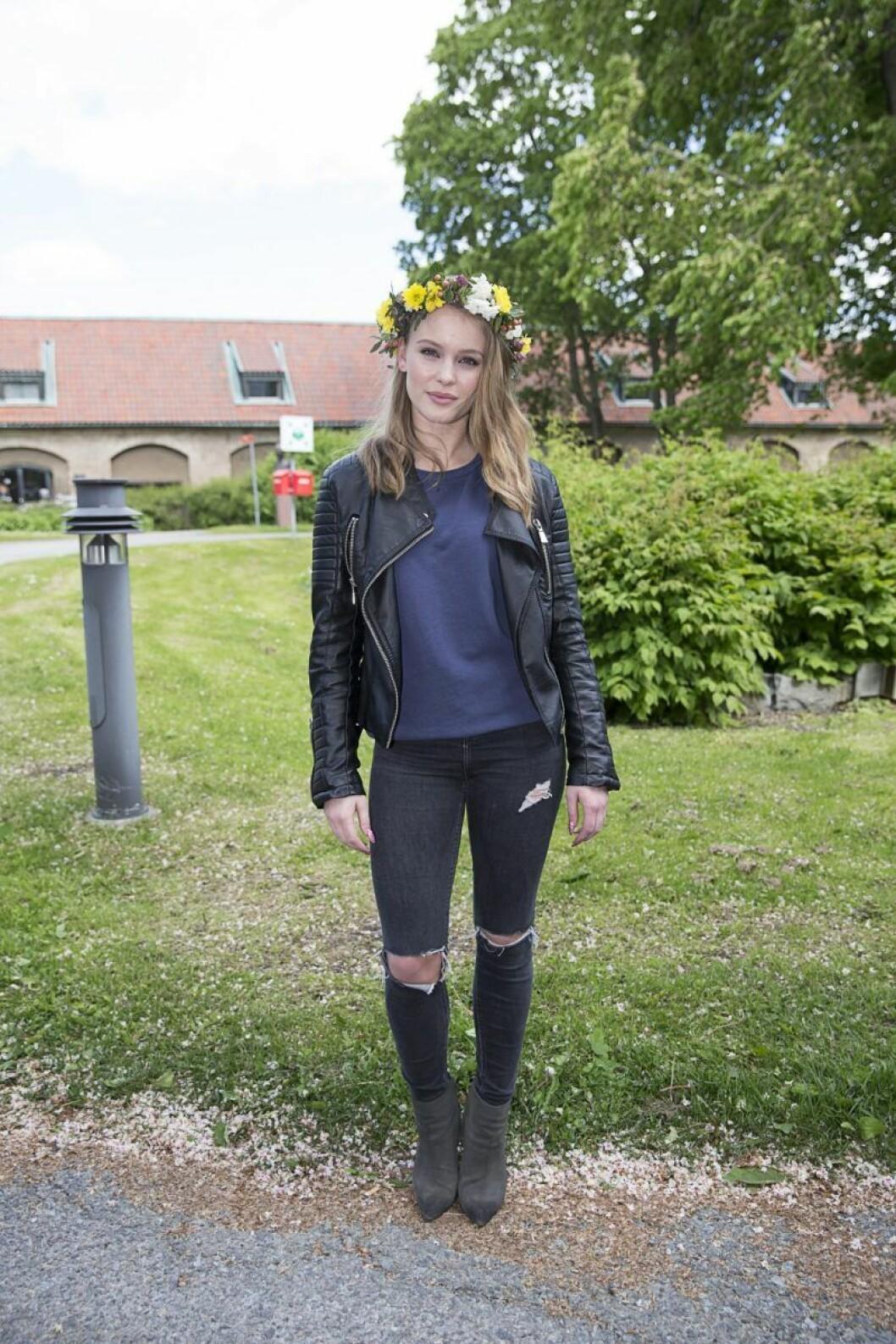 Zara Larsson i svart skinnjacka och en blomsterkrans i håret