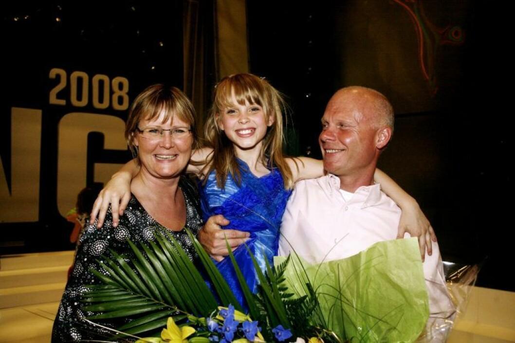 Zara Larsson är glad mellan sina föräldrar