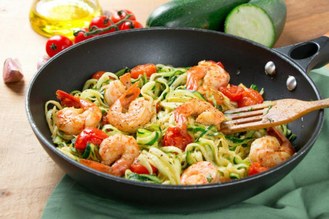 Zucchini spaghetti i stekpanna med tomat och räkor.